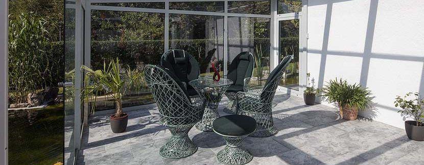Cubrir terraza con materiales ligeros como la madera o el cristal