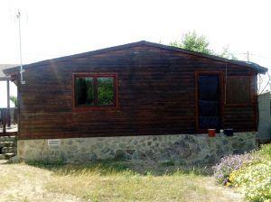 Fachada de casa de madera en mal estado.