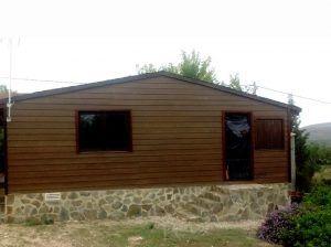 Fachada de casa de madera renovada con Cedral.