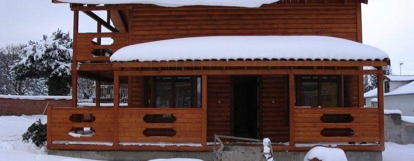 Casas madera en la nieve